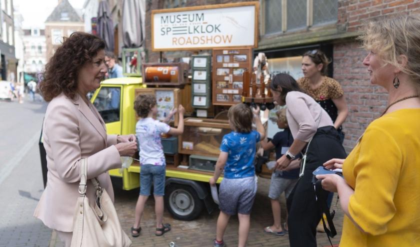 Minister Van Engelshoven bezoekt Museum Speelklok. Rechts museumdirecteur Marian van Dijk. Foto: Museum Speelklok