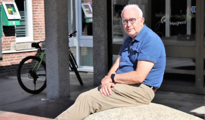 De keien voor het gemeentehuis bieden raadslid Arie Harteveld even een plekje in de zon.
