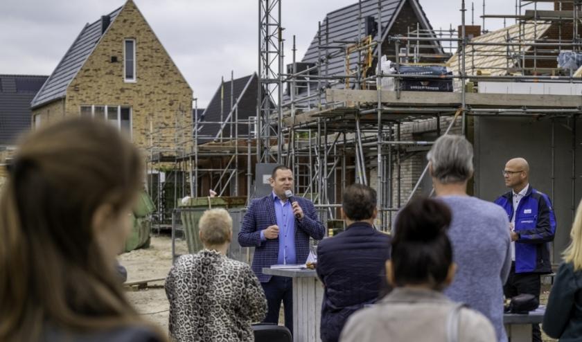 Op veilige afstand heette wethouder Roy Geers de kopers welkom in hun nieuwe wijk: Hartje de Lanen in Rosmalen.