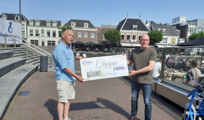 Fietsmaatjes Alphen aan den Rijn ontvangt de cheque van 600 euro. Foto: Fietsmaatjes Alphen aan den Rijn.