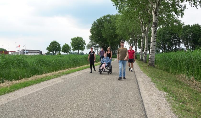 Enkele bewoners van woonzorgcomplex De Fontein lopen samen met hun begeleider en buurtsportcoach de Bommelerwaardse Vierdaagse.