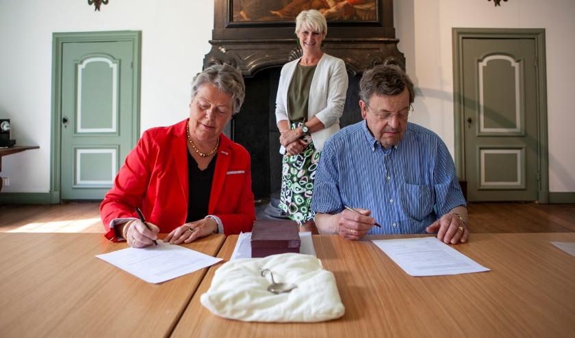 De heer C.W. Lely, mevrouw H.E. van Valkenburg-Lely en conservator Anita Jansen tijdens de overhandiging van de zilveren suikerstrooilepel. Fotograaf: Marco Zwinkels.