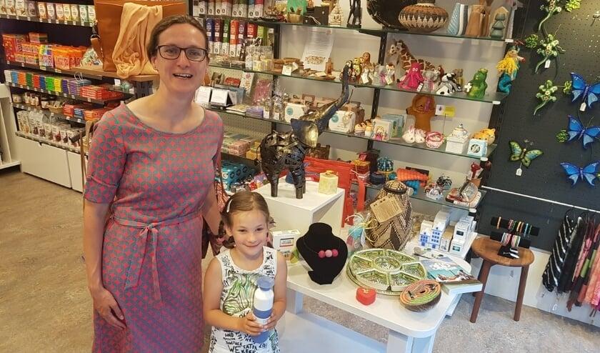 Ellen had haar 'assistente', dochtertje Suzanne, meegebracht naar de Wereldwinkel. Zien wat ze hebben uitgezocht? Kom naar de Havenstraat 49.