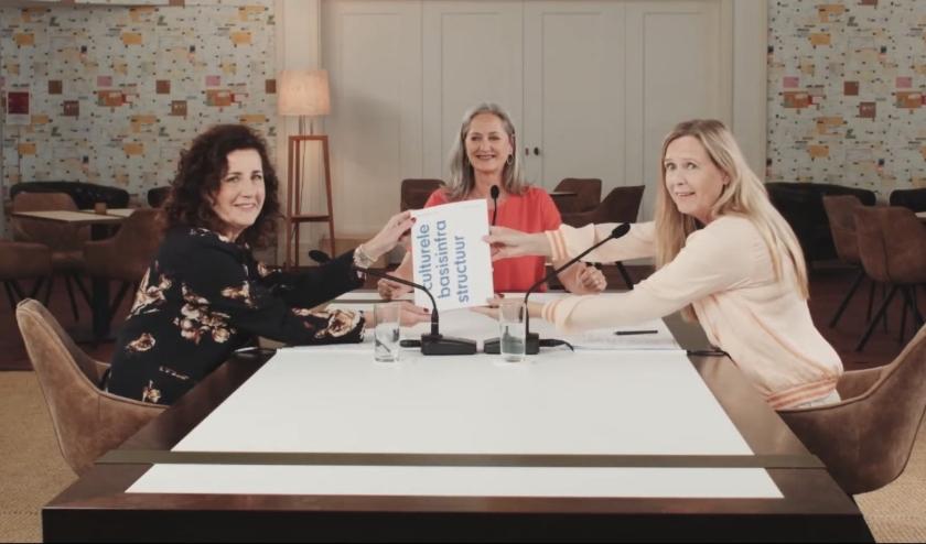 Overhandiging rapport met cultuur minister Ingrid van Engelshoven (l) en Marijke van Hees, voorzitter van de Raad voor Cultuur (r).
