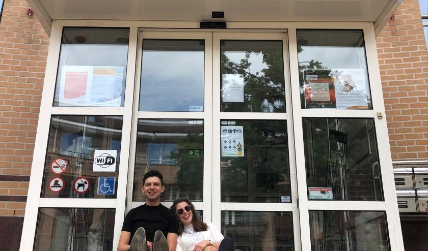 Neil & Chelsea Foreman voor de hoofdingang van De Hofnar. In augustus te zien met 'Net ff iets anders'.