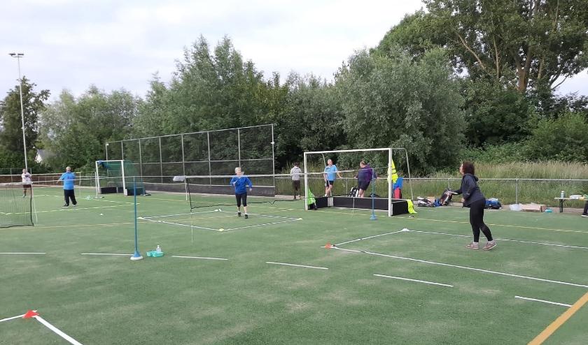 Alnernatief badminton op een hockeyveld.