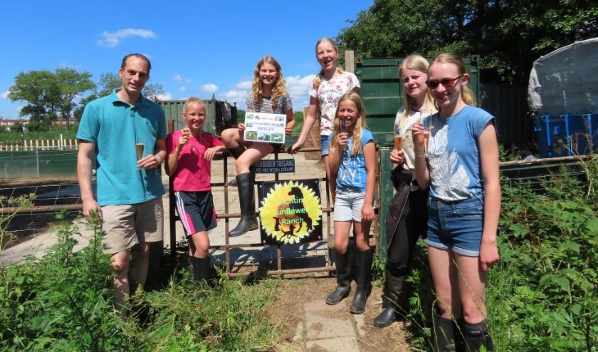 Bas Kaptein en de vrijwilligers van de Sunflower ranch.