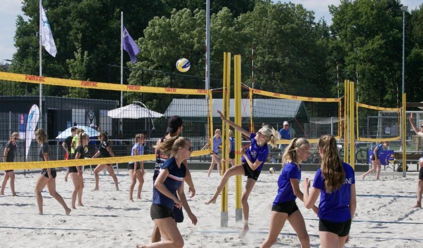De jeugd van VVH kreeg donderdag les in beachvolleybal van de internationals van Oranje.