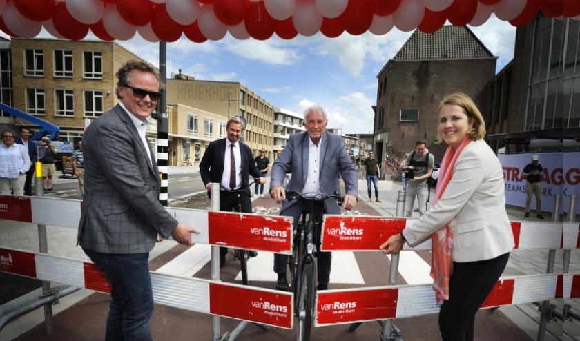 Mario Goossens, Willem Regeer (voorzitter SDBE) en Willem van Erp (voorzitter VVE Mignot en de Blockplein) en wethouder Monique List-de Roos. (Foto: Jos Lammers).