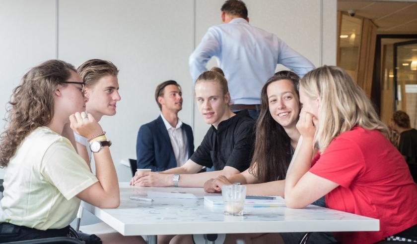 ZomerOndernemer biedt jongeren professionele begeleiding, een netwerk en financiële ondersteuning.