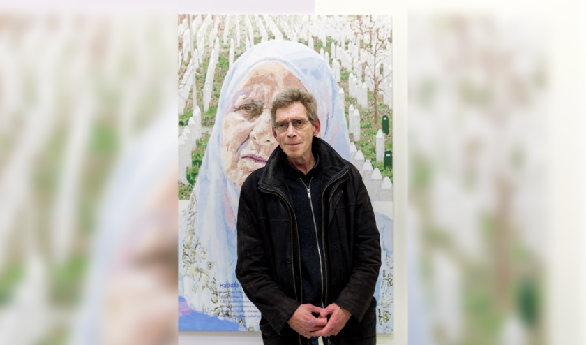 Peter Koole voor zijn werk in het museum met links het portret van Hatidža Mehmedovic.