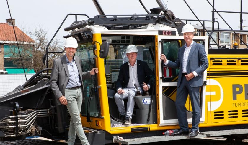 Op de foto v.l.n.r.: Karel van Berk, directeur Het Ouden Huis, wethouder Dirk-Jan Knol en Ron de Haas, directeur-bestuurder Mozaïek Wonen. Foto: Vera Vanderves