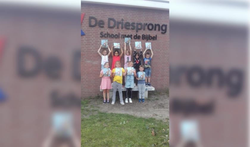 kinderen uit Hoge Hexel met het boek Woeste Willem