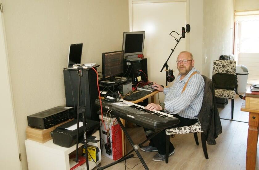 Harry van den Berg in zijn zelfgebouwde muziekstudio in zijn huis aan de Vicarije in Westervoort.