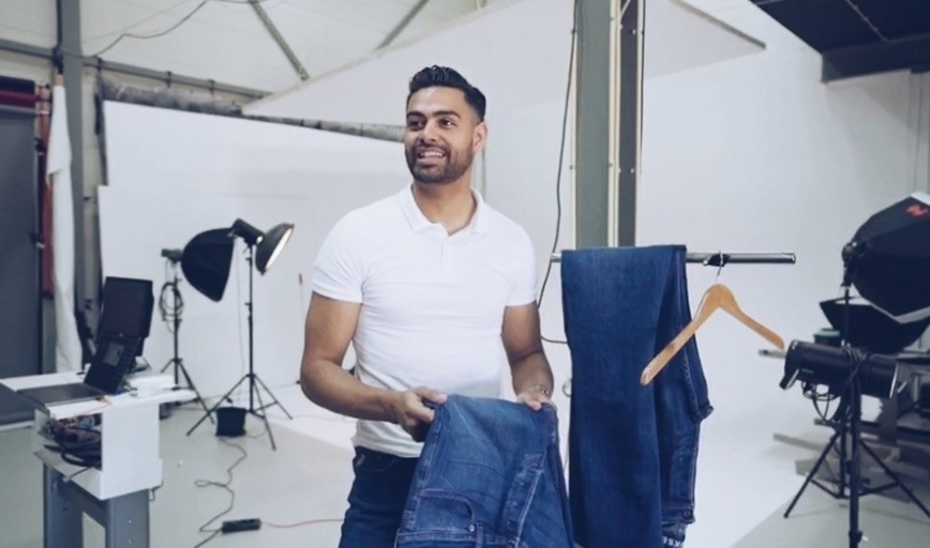 Nino Sumah met zijn jeans. Foto: RV Webdiensten