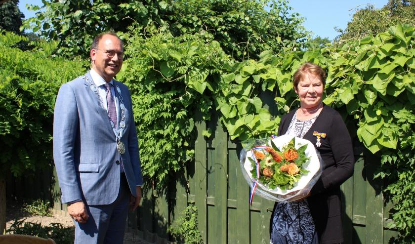 Burgemeester De Baat heeft onderscheiding aan Mientje Engelbarts-Harmsen uitgereikt (Foto: Marlous Velthausz)