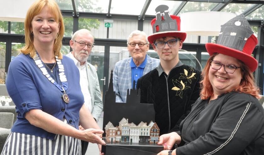 Onlangs heeft voorzitter Annette Pasveer van Rotary Vught in aanwezigheid van rotarians Breijder en Goossen zevenduizend historische monumentjes overgedragen aan Theaterwerkplaats Novalis.