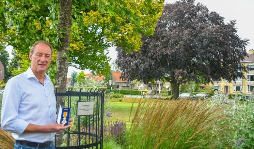 """Henk van Scherpenzeel toont zijn onderscheiding bij de 'kroningsboom"""" (Foto: Aneo Koning)."""