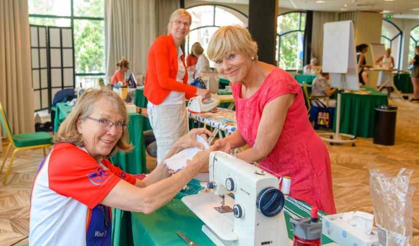 De Zeister Rotaryclubs maken mondkapjes voor twee goede doelen in Figi.