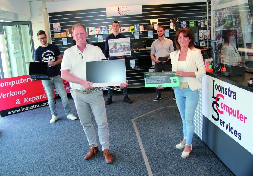 Frans en Roos Loonstra met hun collega's in hun nieuwe computerwinkel aan de Rijksweg in Duiven.