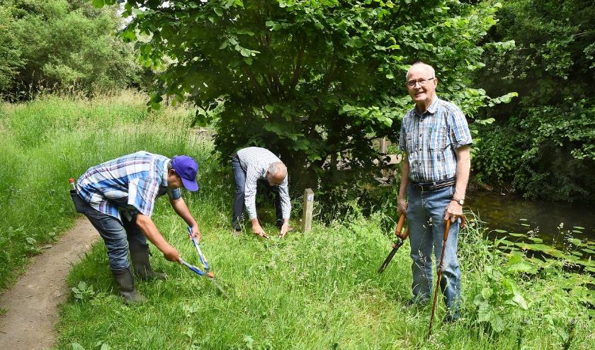 Vlnr Micky Verwoord, Ben Visser en Toon Maas zijn de onderhoudsploeg van het wandelpad. (foto: Roel Kleinpenning)
