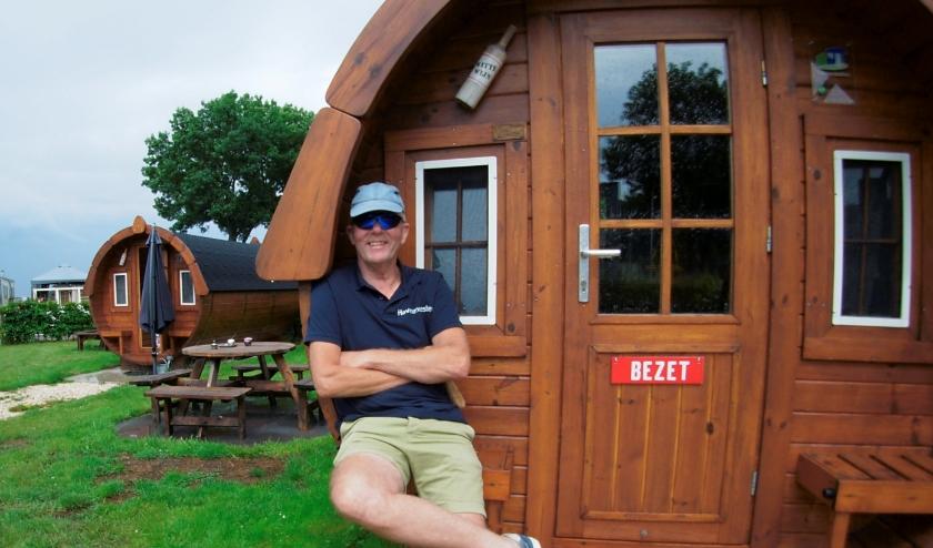 Ad Moerman van Jachthaven en Camping De Helling in Culemborg voor één van de trekkershutten, de kampeervaten. (foto: Martin Smaling)