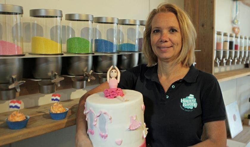 Marianne Koen voor de sprinklermachines van Happy Baking, om eigen strooisels te maken (Foto: Peter van Zetten).