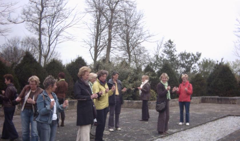 Deelnemers oefenen met de wichelroede.
