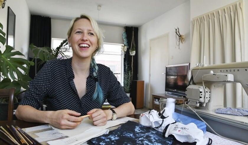Een tevreden Eliška Slováková. De Eindhovense social designer doneerde duizend duurzame mondkapjes.