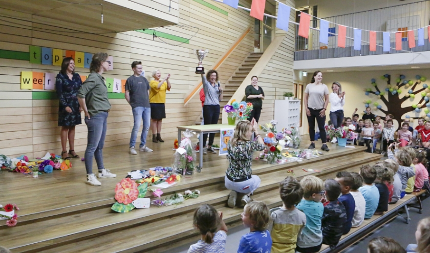 Schooldirectrice Lizenka Warmoeskerken met de zogeheten 'De Lockdown School Award'. (Foto: Jurgen van Hoof)