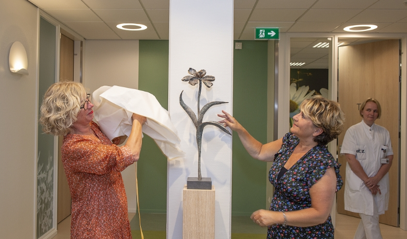 Kunstenares Judith Walboomers (l.) en patiënt Esther verrichten de opening door het onthullen van een beeld