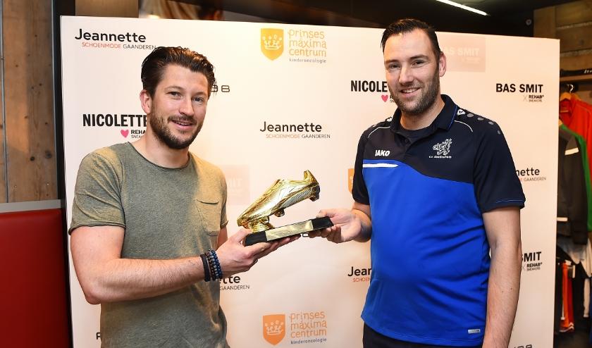 Dane Starink (links) reikt de Gouden Schoen uit aan Piet Ratsma.