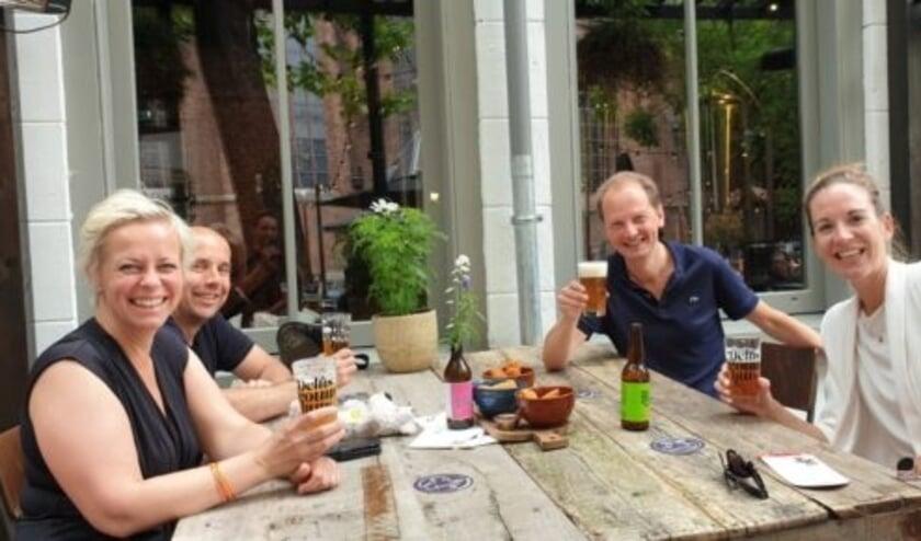 Heleen (links) en Emke (rechts) op het terras van Brouwhuis Delft.