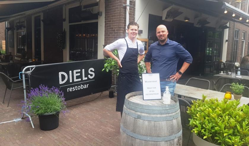 Ook Dietmar Baars en Elsko Sjabbens van Diels restobar zijn blij met hun extra terrasruimte. (foto: Kees Stap)
