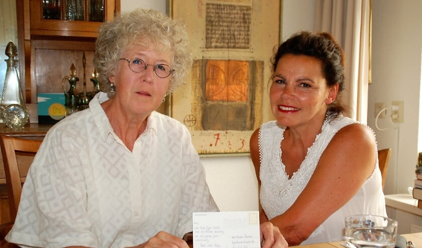 De schoonzusjes Dixy en Marie-Louise Hems verbazen zich nog steeds over de kaart die er meer dan twintig jaar over deed om bij moeder Appolonia te komen.