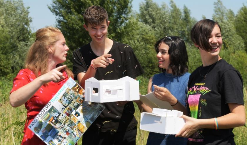 Docente Renate Tijsterman (links) en drie leerlingen bespreken de beste locatie voor een tiny house. (foto: William Hoogteyling)
