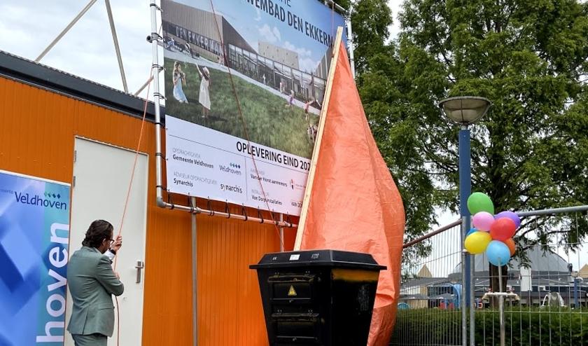Wethouder Daan de Kort verricht de officiële start van de nieuwbouw van het zwembad. FOTO: Minette Lommers.