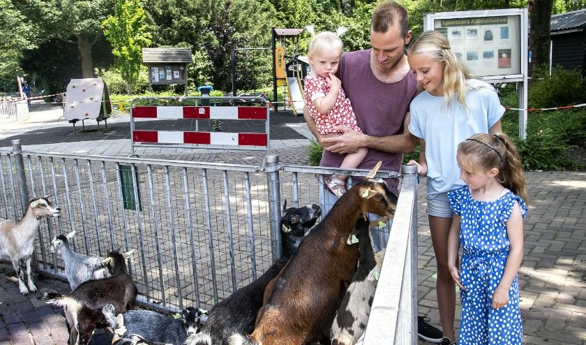 Velen hebben het gemist: een bezoekje brengen aan de kinderboerderij. Sinds een week kan het weer. (Foto: Fotopersburo Busink)