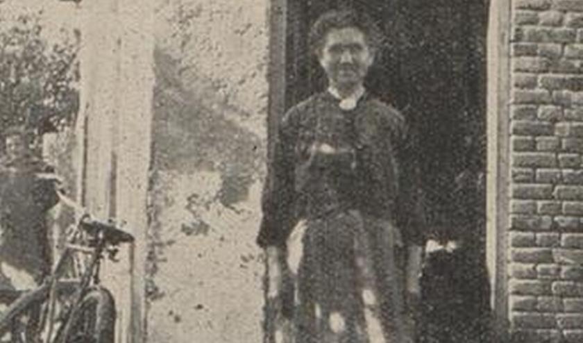 Vrouw Jager voor haar huisje in Wapenveld dat ze gastvrij voor de stakingsleiders open stelde.