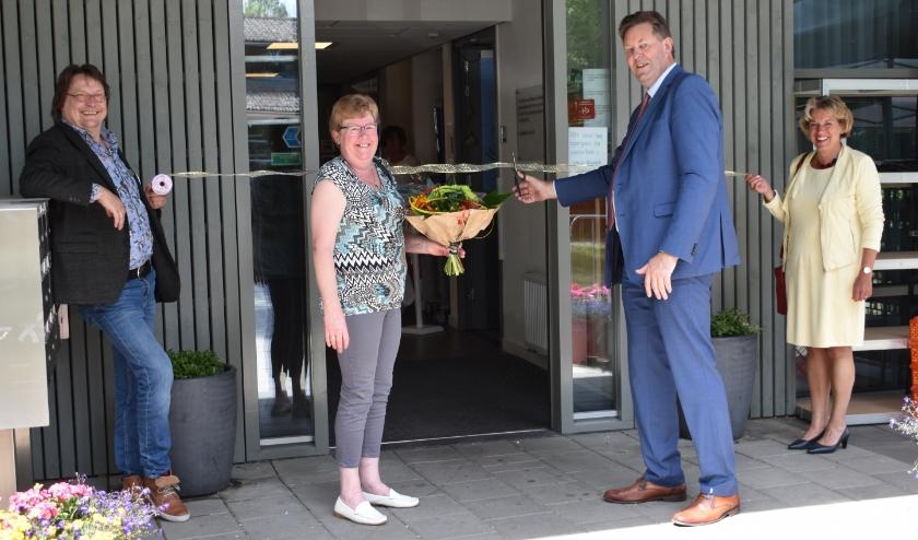 Met het doorknippen van een lint maakt burgemeester Breunis van de Weerd beperkte toegang tot de locatie Elspeet van Zorgorganisatie Norschoten weer mogelijk.