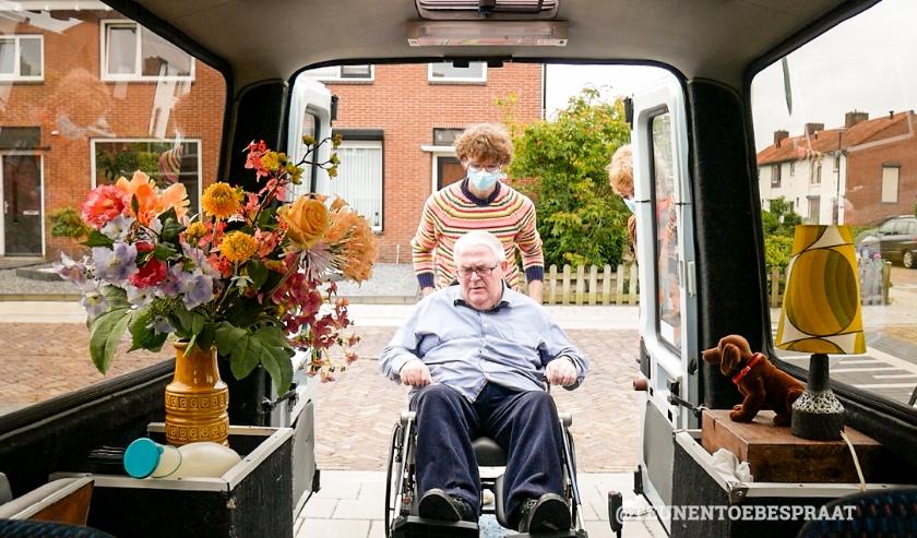 """Harrie wordt door Teun in de Pauzemobiel gereden. """"De inrichting van de auto kan worden aangesloten bij de belevingswereld van mensen met dementie,"""" aldus Teun."""