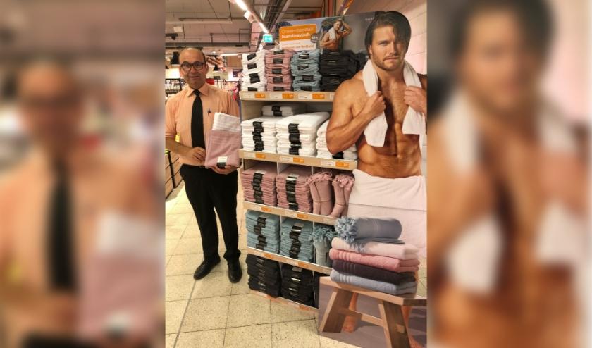 Bedrijfsleider Herbert Kroets bij de display met luxe badtextiel. (foto: PR)