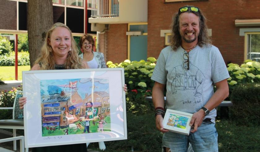 Liesbeth Geurts neemt namens Lingewaarde het schilderij van Rob Reis in ontvangst.