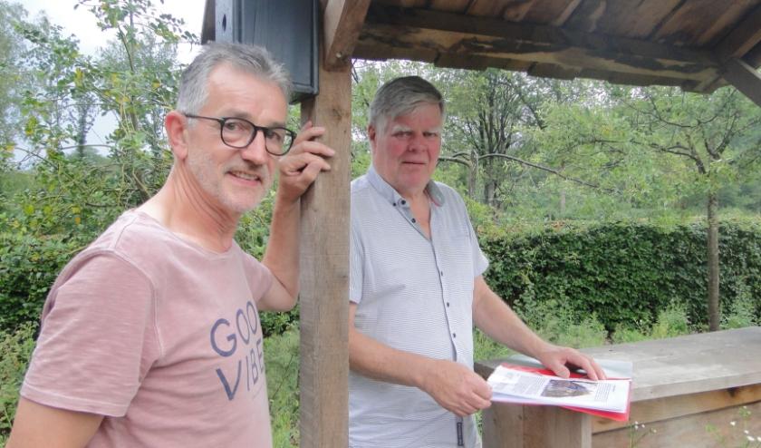 Voorzitter Wim Baan (voorgrond) en secretaris Joop Kamperman van IVN Rijssen - Enter. (Foto: Leo Polhuijs)