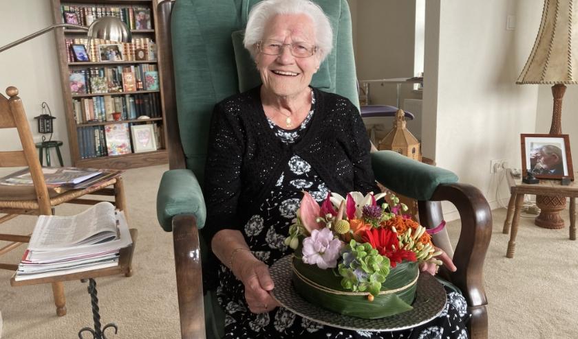 Hendrica Kingma werd onlangs 100 jaar. De prachtige bloementaart kreeg ze uit handen van de burgemeester, die daarvoor speciaal naar boven gehesen werd.