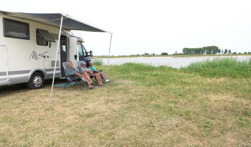 Het drietal Arend Geervliet en Adrie en Bep Luitwieler zijn via een tip terecht gekomen in Brakel. Ze staan altijd aan het water!