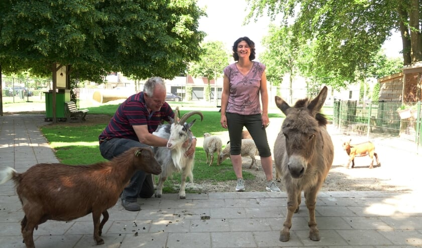 Edward Neuteboom en Dorien Werps tussen een aantal dieren op Kinderboerderij De Beestenboel. In het midden staat geit Dot. Zij woont er al vanaf de eerste dag.
