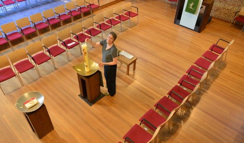 Koster Jopie Schekkerman, treft de laatste voorbereidingen voor de dienst van zondag 5 juli die om 10.00 uur begint in de AD-kerk..