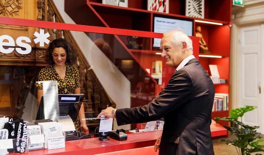Cor Lamers, burgemeester van Schiedam laat zijn kaartje scannen.