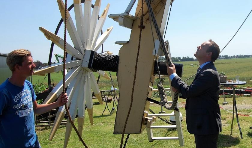 Samen met de jonge molenaar Ruben Viergever stelde burgemeester Bram van Hemmen de molen weer in werking door 'de vang te lichten'.